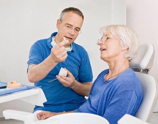 Làm răng giả cho người già bằng ham tháo lắp tiết kiệm chi phí