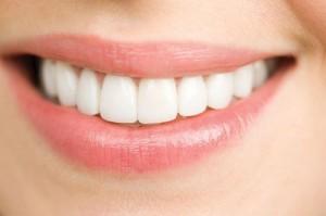 Nên thay răng mất bằng Implant hay làm cầu răng sứ? - ảnh 1